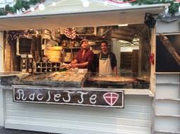 Le chalet de raclette et tartiflette !La raclette et la fameuse tartiflette s'invitent au Village de Noël de Rennes. Découvrez le vrai plaisir gustatif tout en flânant dans allées du Village