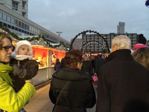 Le public venu nombreux pour visiter le Village de Noël de Rennes