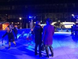 La patinoire du Village de Noël de nuit !