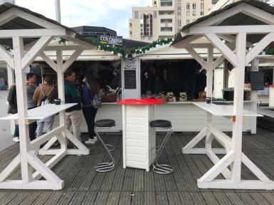 mange-debout pour partager un vin chaud au marché de noël de rennes
